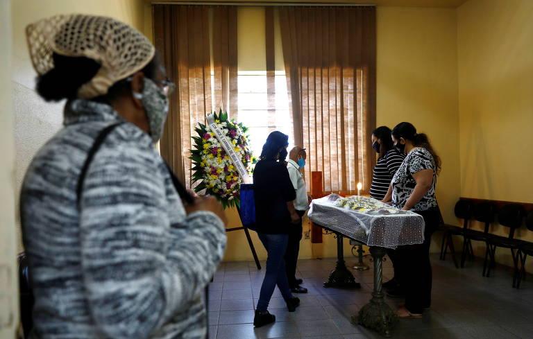 Parentes e amigos no funeral de João Alberto Silveira Freitas, assassinado por seguranças do Carrefour em Porto Alegre, Rio Grande do Sul, no dia 19 de novembro