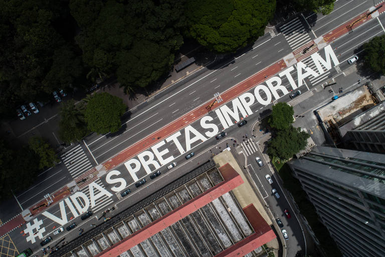 Como forma de protesto pelo assassinato de Beto Freitas, em Porto Alegre, artistas pintaram a frase #vidaspretasimportam, na avenida Paulista em frente ao Masp, em São Paulo (SP)