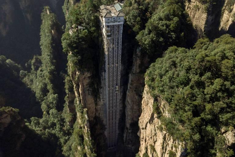 Elevador externo em paisagem montanhosa