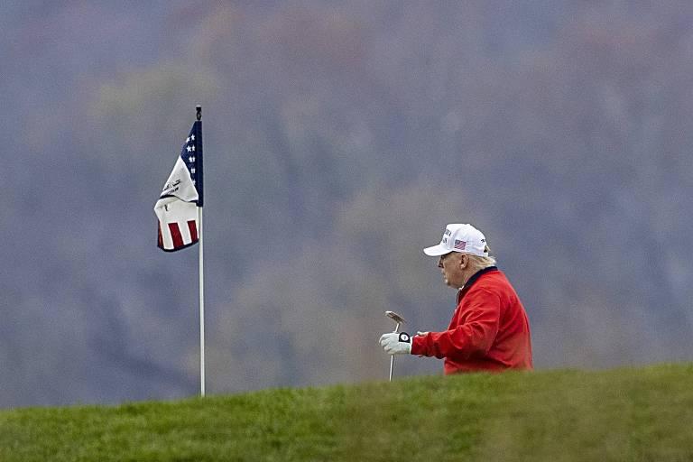 O presidente dos EUA, Donald Trump, joga golfe em seu campo particular na Virgínia