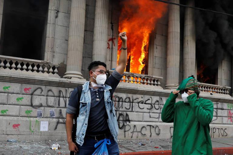 Manifestantes pedem renúncia do presidente da Guatemala e incendeiam Congresso