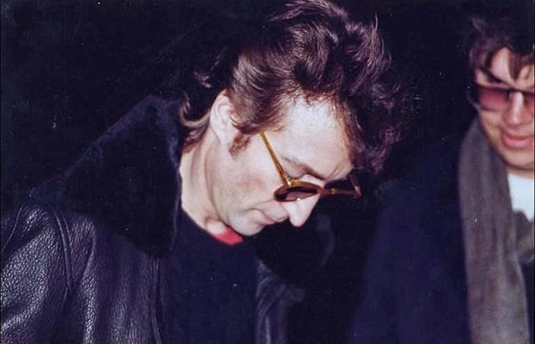 John Lennon autografa álbum para seu assassino Mark David Chapman, em 8 de dezembro de 1980, horas antes de ser morto