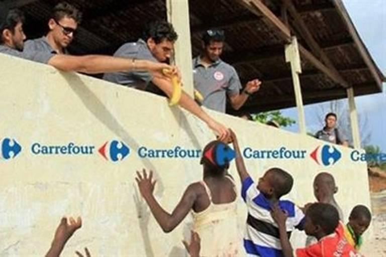 Carrefour da Tunísia publica imagem em que jogadores brancos dão bananas a crianças negras