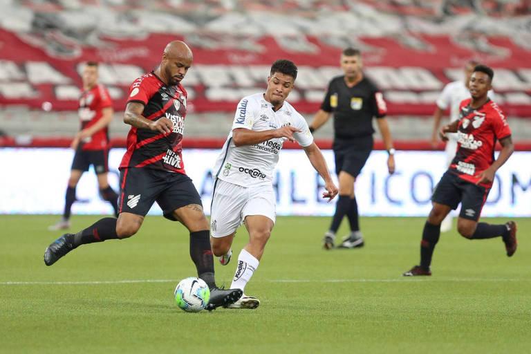 O atacante Marcos Leonardo, do Santos, chega para tentar desarmar o zagueiro Thiago Heleno, do Athletico-PR, que anotou o gol da vitória do Furacão, no duelo disputado na Arena da Baixada, em Curitiba