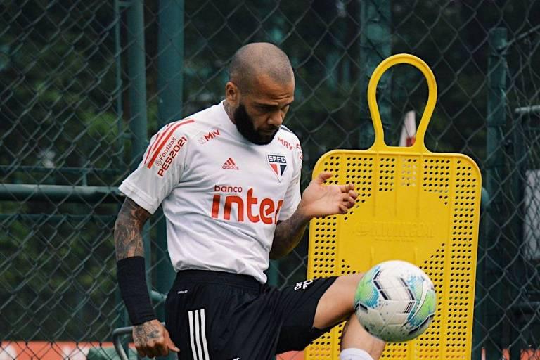 Jogador Daniel Alves chuta a bola no treino do São Paulo