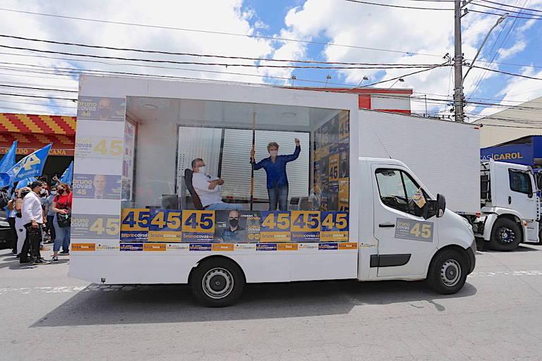 Por causa da pandemia, a ex-prefeita Marta Suplicy faz campanha para Bruno Covas em carro adaptado, neste sábado (21), em São Paulo