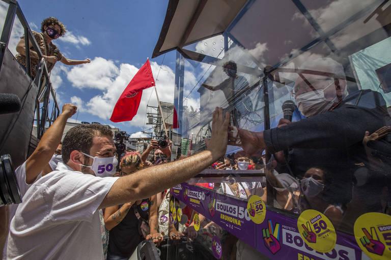 Guilherme Boulos (PSOL) faz campanha em São Paulo neste sábado (21) com a sua vice, Luiza Erundina, que circulou em um carro adaptado por causa da pandemia