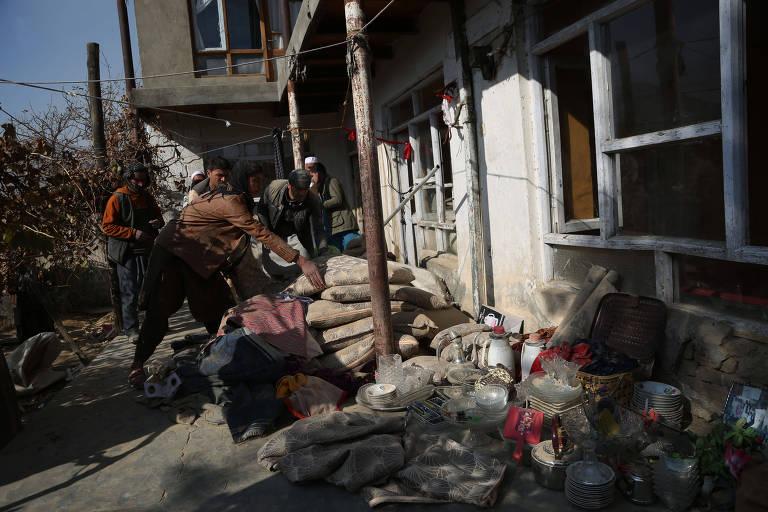 Civis buscam pertences em casa atingida por mísseis em Cabul