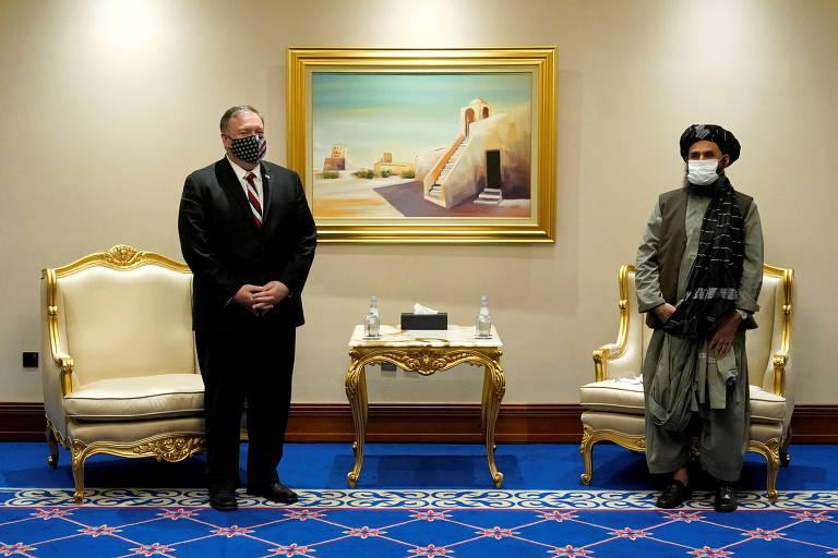 Seceratário de Estado dos EUA, Mike Pompeo, e o negociador-chefe do Taleban, Mullah Adbul Ghani Baradar, em encontro em Doha, no Catar, no sábado (21)
