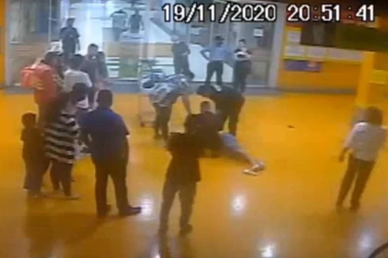Imagem da câmera de segurança do Carrefour de Porto Alegre mostra Beto Freitas cercado por funcionários ligados ao supermercado e pessoas vendo