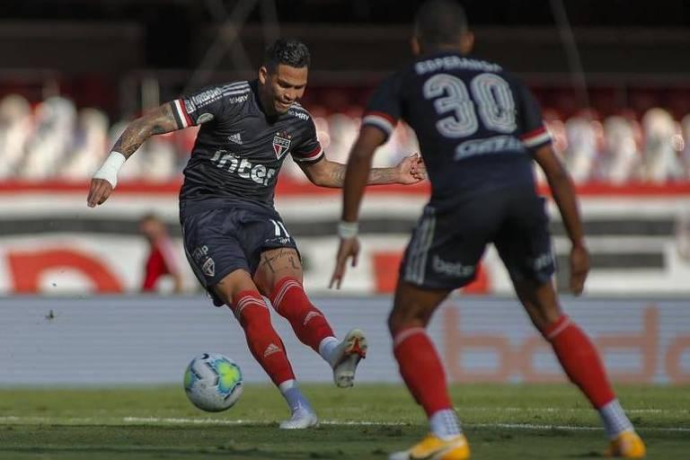 Jogador Luciano chuta em direção ao gol do Vasco