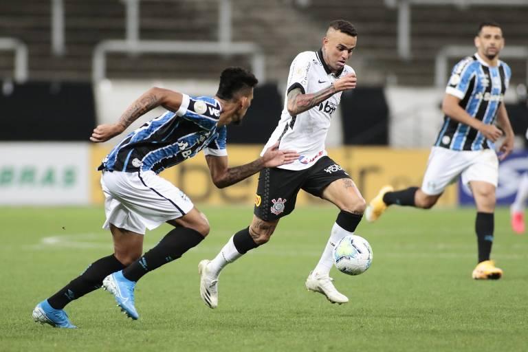 Luan, do Corinthians, corre com a bola e é perseguido por Rodrigues