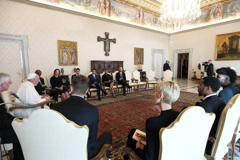 Pope Francis meets a delegation of five NBA players, including Jonathan Isaac and Sterling Brown and officials from the National Basketball Players Association at the Vatican November 23, 2020. Vatican Media/Handout via REUTERS THIS IMAGE HAS BEEN SUPPLIED BY A THIRD PARTY. ORG XMIT: GDN-NBA