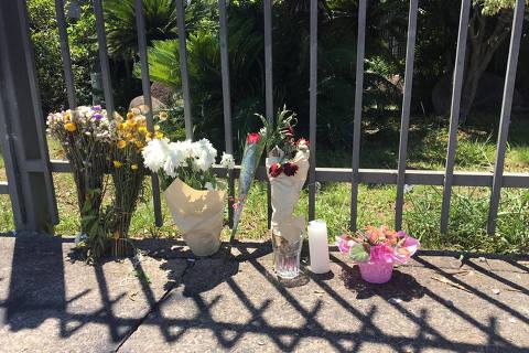 Carrefour de Porto Alegre reabre com poucos clientes, pichações e flores na porta