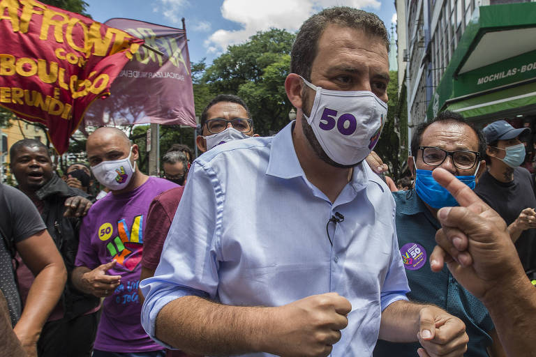 Candidato Guilherme Boulos durante agenda de campanha no centro de São Paulo