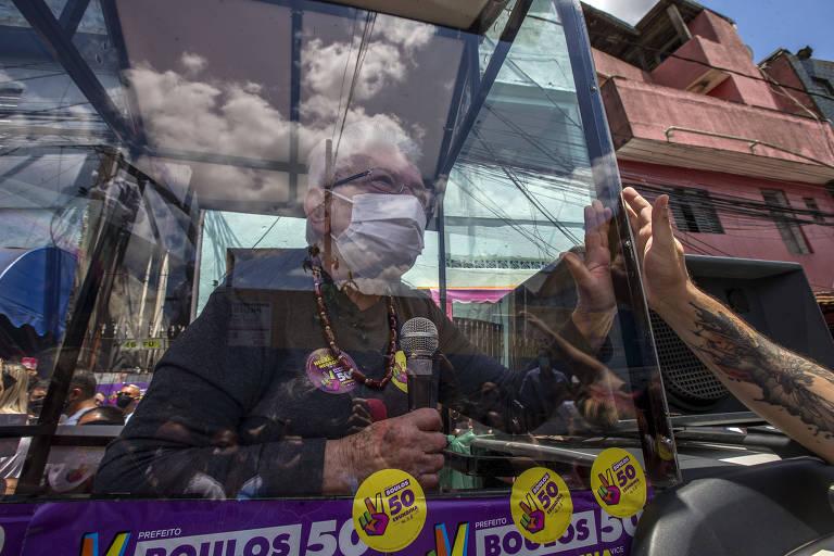 Sob uma proteção num carro adaptado devido à pandemia, Luiza Erundina faz campanha em Heliópolis