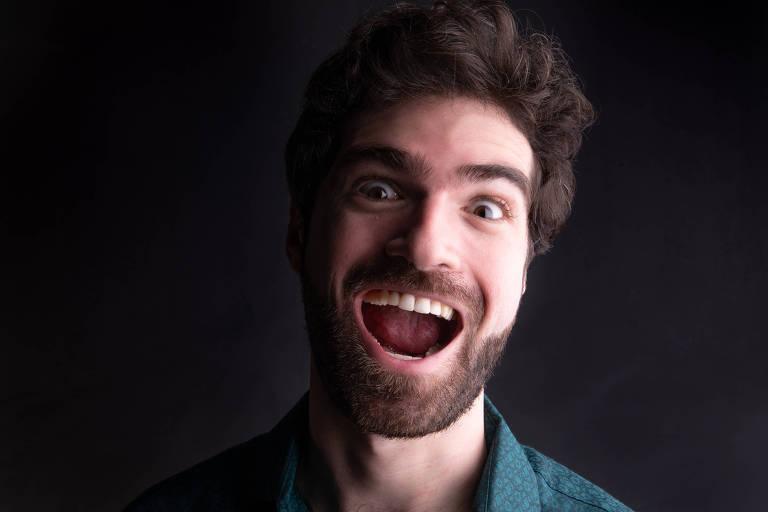 Danilo olha para a câmera e sorri com a boca aberta