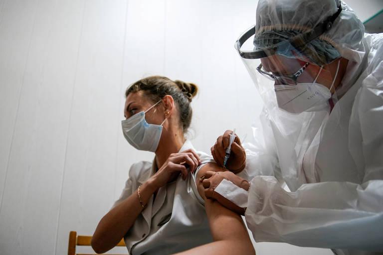 Profissional de saúde de hospital em Tver, na Rússia, recebe dose da Sputnik V
