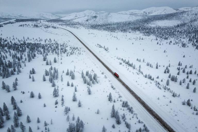 Caminhão solitário atravessa a Rodovia Kolimá, conhecida como a 'estrada dos ossos', no Extremo Oriente da Rússia