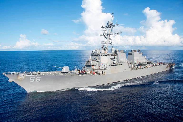O destróier USS John S. McCain, envolvido no incidente com o navio russo nesta terça (24)
