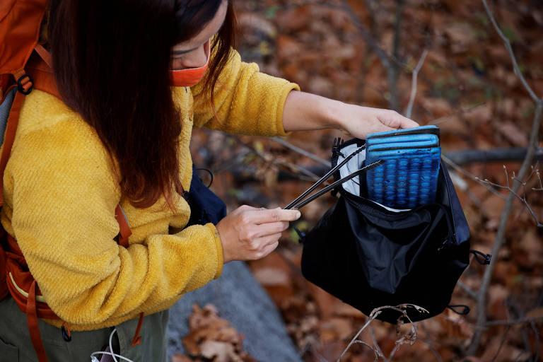 """Kim Kang-Eun, uma artista que lidera o """"Clean Hikers"""", coleta lixo enquanto caminha em uma montanha em Incheon, Coreia do Sul"""