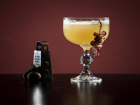 PROJETO ACHADOS ELO - MENA GASTRO BAR. Achado: drink Oscar Wild, feito com jameson, xarope de especiarias, concentrado de limão com gengibre e noz moscada, do restaurante Mena Gastro Bar. (Foto: Adriano Vizoni/ACHADOS ELO) *** EXCLUSIVO PROJETO ACHADOS ELO ***