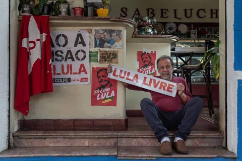 SÃO PAULO, SP, BRASIL 16.05.2018 Segismundo Bruno, 70. Ele é um dos proprietários da cafeteria e doceria Sabelucha, que decora o local com bandeiras e cartazes de apoio a Lula (Foto: Avener Prado/Folhapress)