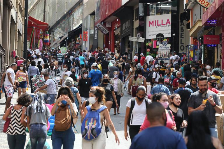 Vendas de Natal aumentam fluxo de pessoas nas ruas de comércio popular da capital