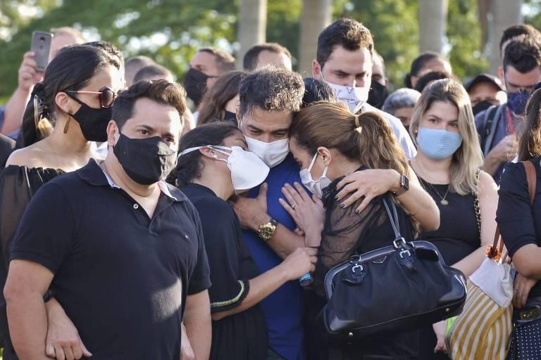 Zezé Di Camargo é amparado no enterro do pai, Francisco