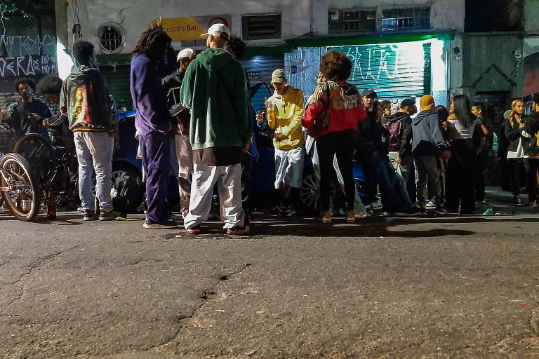 Em meio ao aumento nos casos de Covid-19, jovens se aglomeram na noite paulistana