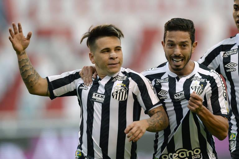 Soteldo (à esq.) comemora com Jean Mota o seu gol, que abriu o placar contra a LDU, em Quito