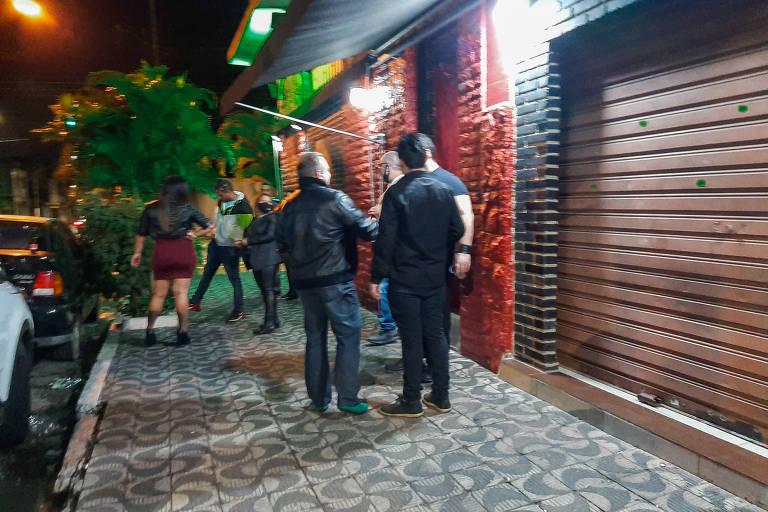Jovens ignoram riscos e invadem madrugada em bares e baladas