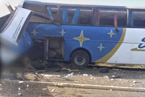 Colisão entre ônibus e caminhão deixa ao menos 20 mortos no interior de SP