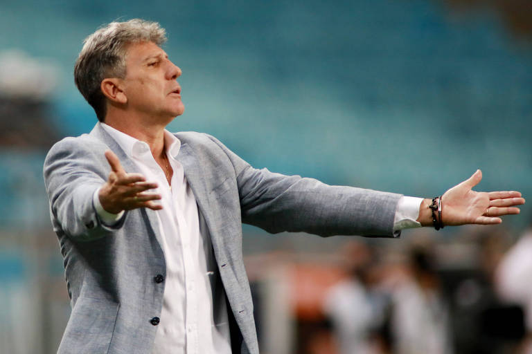 Renato Gaúcho à beira do gramado em jogo da Libertadores