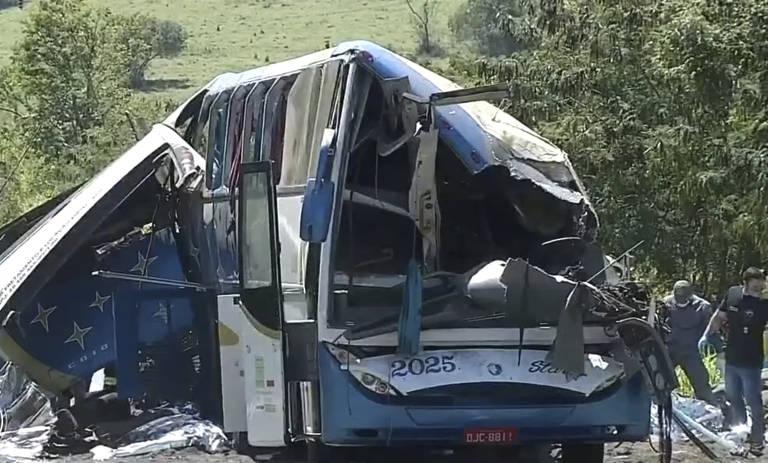 Colisão entre ônibus e caminhão deixa deixa dezenas de mortos no interior de SP