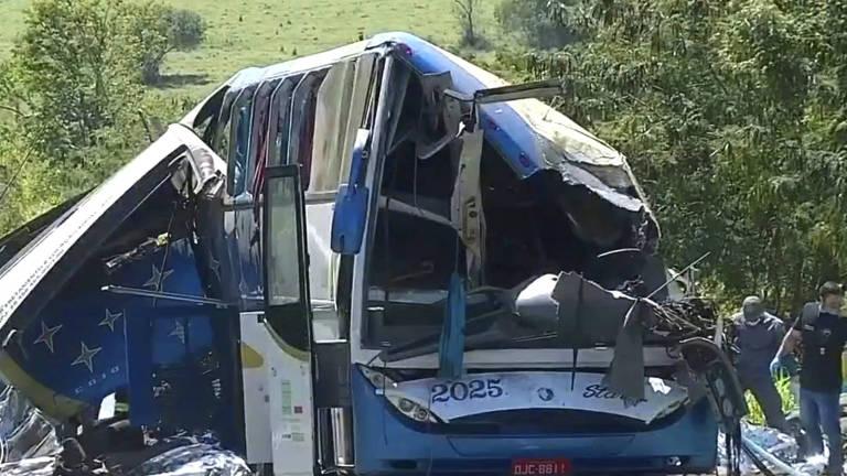 ônibus destruído, sem a frente e com ferragens retorcidas