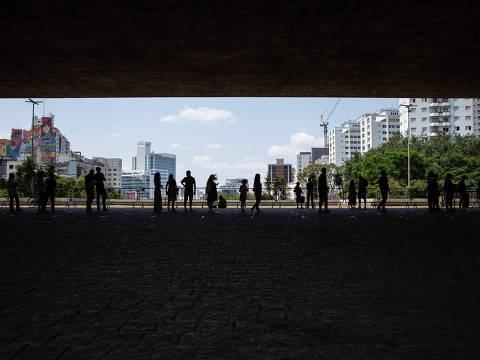 SAO PAULO, SP, 13.10.2020: REVISTA GUIA - REABERTURA MUSEUS - Visitantes aguardam para entrar no Masp, no primeiro dia de reabertura dos museus na Avenida Paulista, após sete meses fechados, por causa da pandemia de coronavírus. (Foto: Mathilde Missioneiro/Folhapress) **EXCLUSIVO FOLHA**