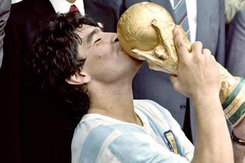 Diego Maradona, herói de Copa e mito argentino, morre aos 60