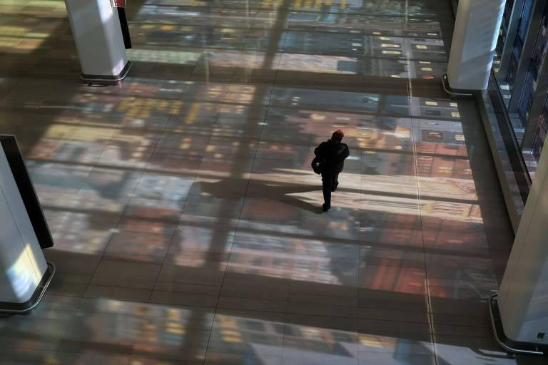 Passageiro caminha pelo aeroporto La Guardia, em Nova York