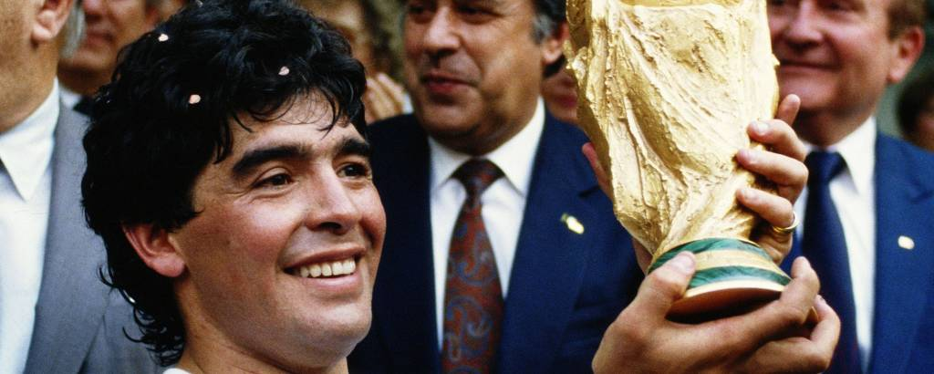 Diego Maradona levanta o troféu durante a comemoração da vitória contra a Alemanha, na final da Copa do Mundo de 1986, no Estádio Azteca, na Cidade do México