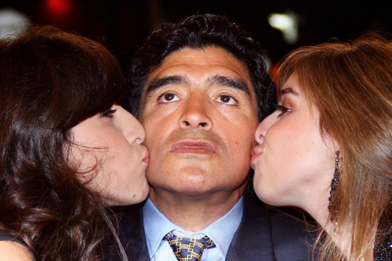 Maradona entre as filhas Giannina (à esq.) e Dalma