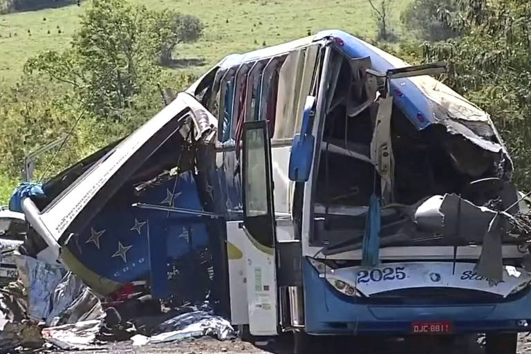 Acidente entre ônibus e um caminhão deixa 41 mortos em Taguaí (SP)