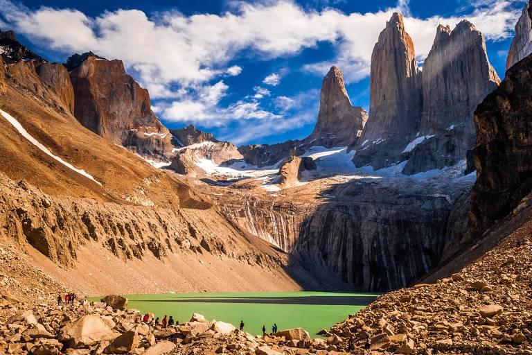 Lago cercado pelas Torres del Paine no parque nacional de mesmo nome, atração turística reaberta na patagônia chilena
