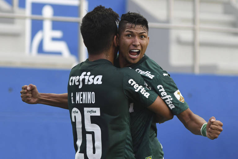 Gabriel Menino abraça Rony durante comemoração após o segundo gol do Palmeiras contra o Delfín