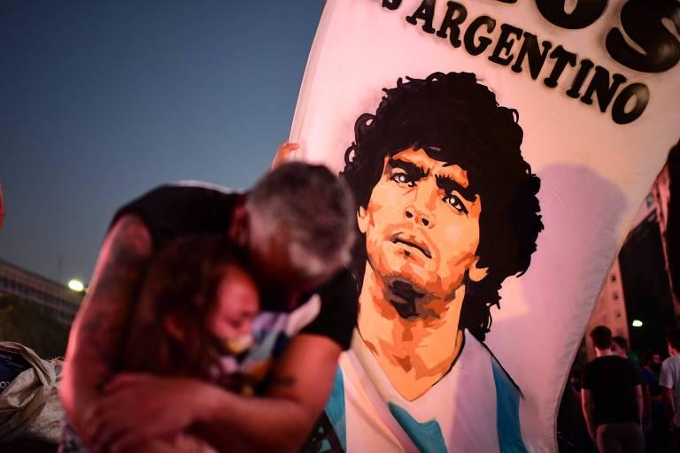 Pai e filha em Buenos Aires em homenagem a Diego Maradona nesta quarta (25)