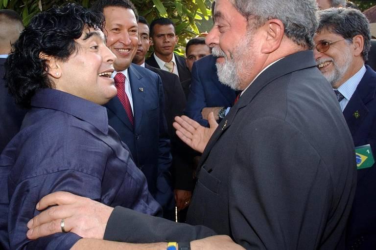 Maradona cumprimenta o ex-presidente Lula durante visita à Venezuela, em 2005, para promover o Campeonato Sul-Americano sub-17
