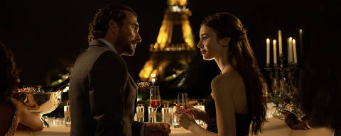 EMILY IN PARIS (L to R) WILLIAM ABADIE as ANTOINE LAMBERT and LILY COLLINS as EMILY in episode 102 of EMILY IN PARIS Cr. CAROLE BETHUEL/NETFLIX © 2020