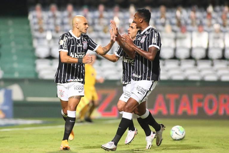 O lateral Fábio Santos (esq.) comemora o seu gol, com Jô, após cobrar pênalti na vitória do Corinthians sobre o Coritiba por 1 a 0, em Curitiba, pelo Brasileiro