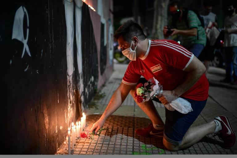 Fãs de Maradona acendem velas e colocam flores nos arredores do estádio do Argentinos Juniors, onde o ex-jogador iniciou a carreira