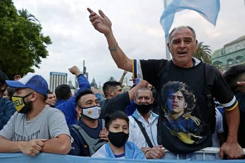 Velório de Maradona na Casa Rosada começa com aglomeração e tumulto